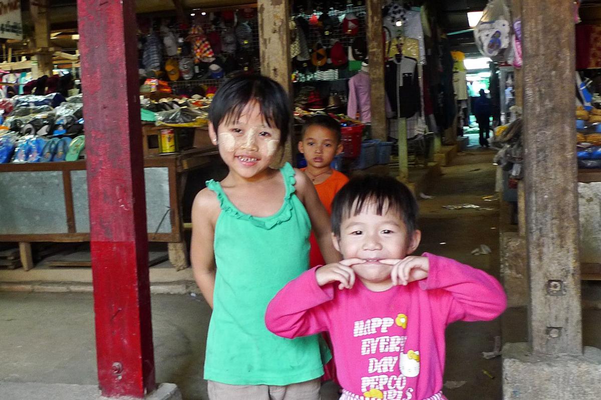ミャンマーの市場で見かけた子供たち