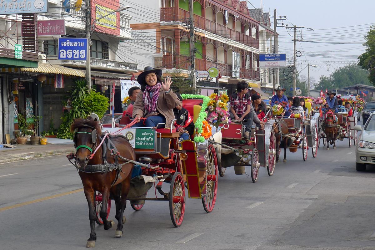 ラムパーンスナップ 街中を走る花馬車