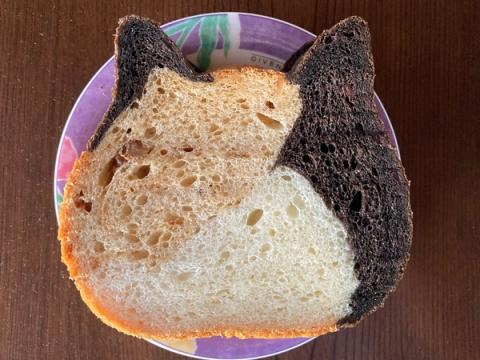 ねこねこ食パン三毛猫