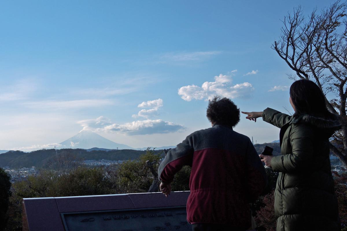 見晴台から見える富士山を指差す親娘