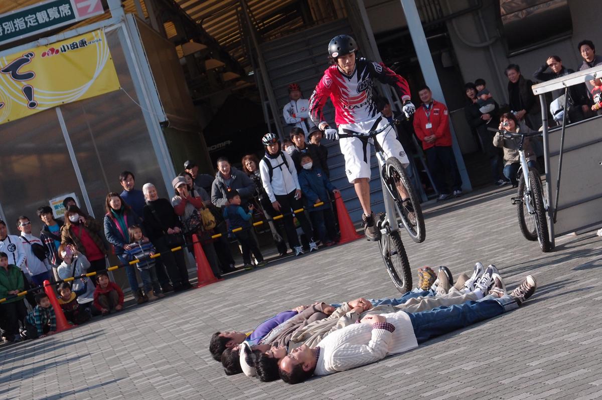 5人の人を飛び越す自転車