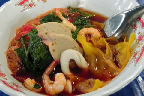 タイの海鮮麺イエンターフォー