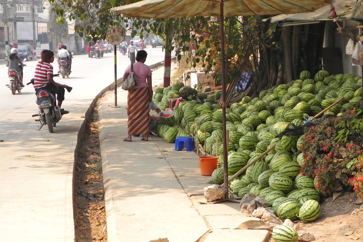 ミャンマースナップ 路上スイカ屋
