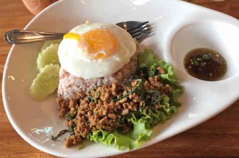カオグラパオムー(豚肉バジル炒め御飯)
