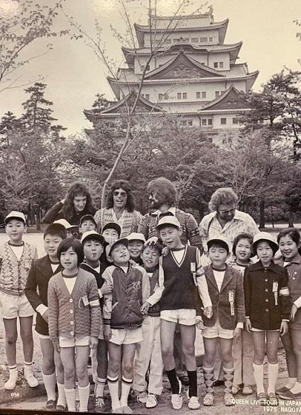 衝撃の事実。40年前小学校の遠足で名古屋城行ったらたまたまQUEENのメンバーいて、フレディとジョン・ディーコンと写真撮ったらしい。真ん中の大きい子がお父さん(笑)めっちゃ羨ましい奇跡過ぎる。@ns78bbsyou