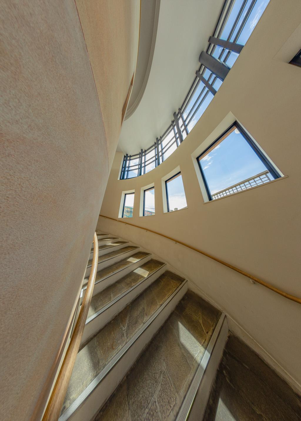 オフィシャルへの階段(東京ディズニーリゾート・ウェルカムセンター)