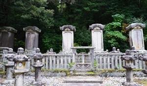 藩主と夫人の墓