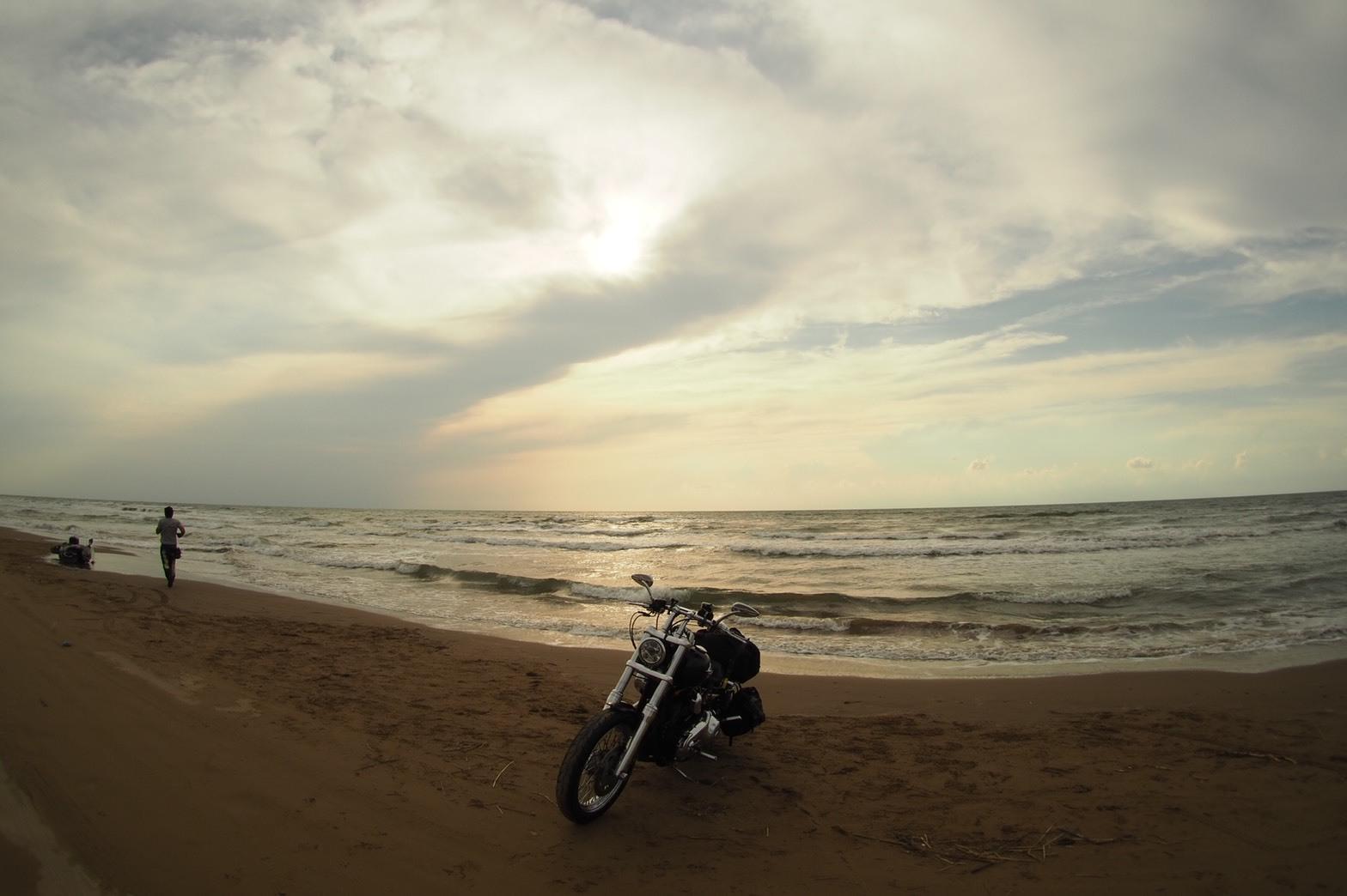 ぴーきちハーレーブログ 福井金沢ツーリング 石川県 千里浜なぎさドライブウェイ シマゴンのバイクが倒れる