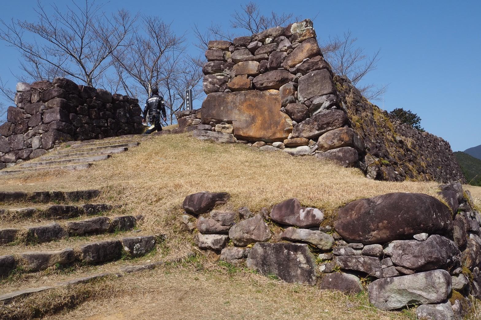 ぴーきち&ダイナ 紀伊半島ツーリング 三重県熊野市 赤木城跡 石垣 頂上付近