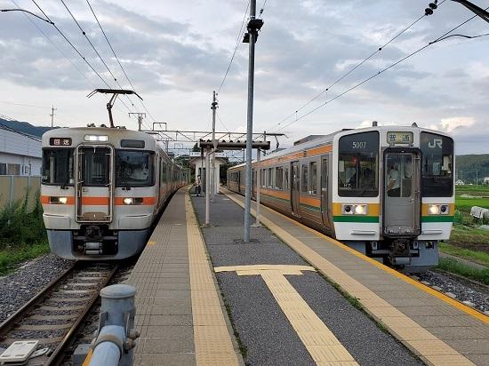 2020年7月29日撮影 伊那新町駅にて 313系1700番台回送と213系 上り2本並び