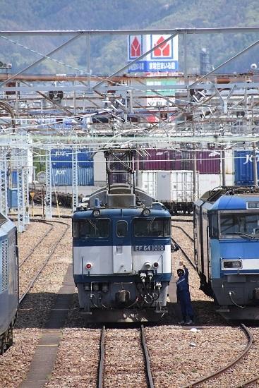 2020年5月5日撮影 南松本にて西線貨物8084レ機回し 誘導員さんがメモ読み上げ