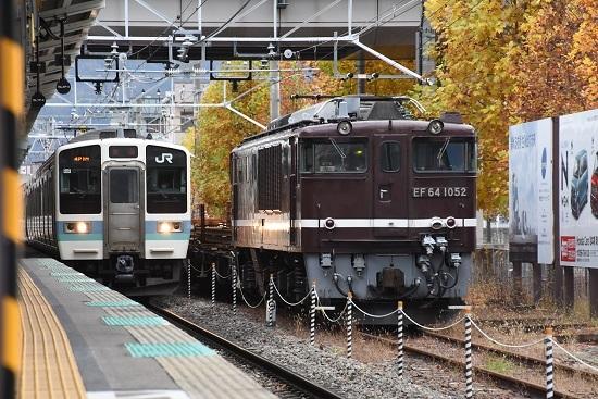 2020年11月7日撮影 岡谷駅にてEF64-1052号機が牽く岡谷チキ工臨と211系