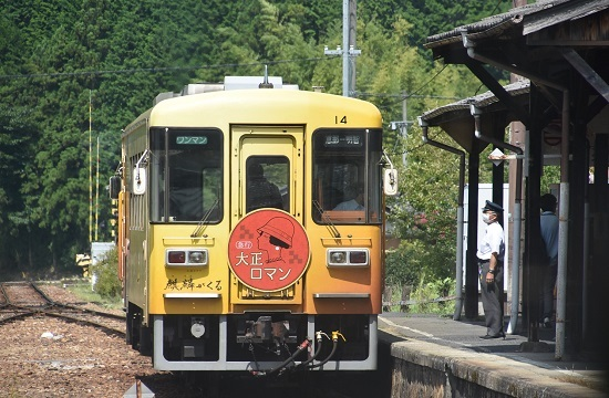 2020年8月30日乗車 岩村駅にてアケチ14「大正ロマン1号」