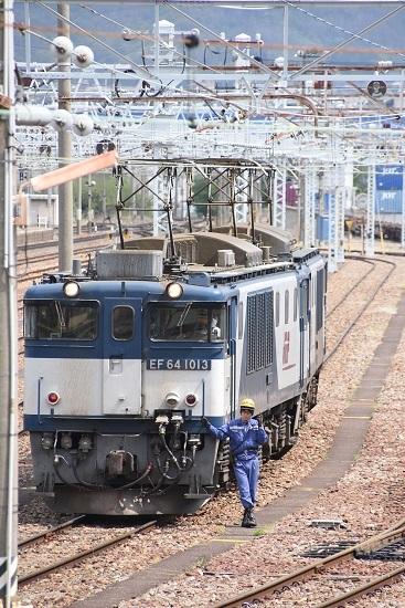 2020年5月6日撮影 南松本にて 西線貨物8084レ機回し 誘導員さんのポーズ