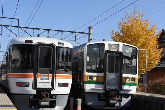 2020年11月15日撮影 伊那八幡駅にて回9181M 373系の回送と204M 213系の並び