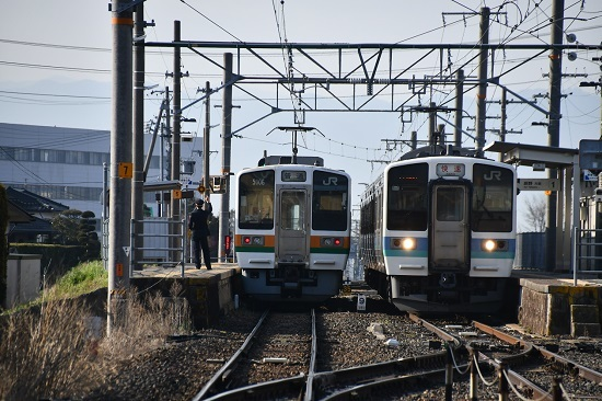 2020年4月4日撮影 飯田線は羽場駅にて213系と211系の赤文字「快速」