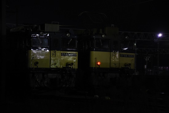 2020年11月21日撮影 南松本にて 篠ノ井線8467レ EF64-1049号機との並び