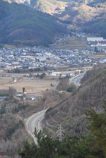 2020年11月21日撮影 坂北俯瞰 聖高原駅に止まる篠ノ井線8467レと211系