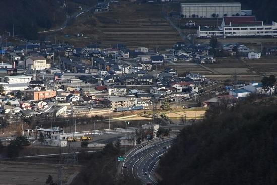 2020年11月21日撮影 坂北俯瞰 聖高原駅に止まる篠ノ井線8467レに陽が当たる