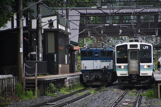 25日撮影 篠ノ井線8467レ 姨捨駅にてEF64と211系の並び