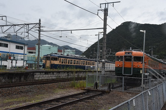 2020年7月25日撮影 坂城駅にて169系と115系スカ色の並び