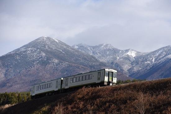 2020年11月28日撮影 小海線224D キハ110 冠雪した八ヶ岳をバックに