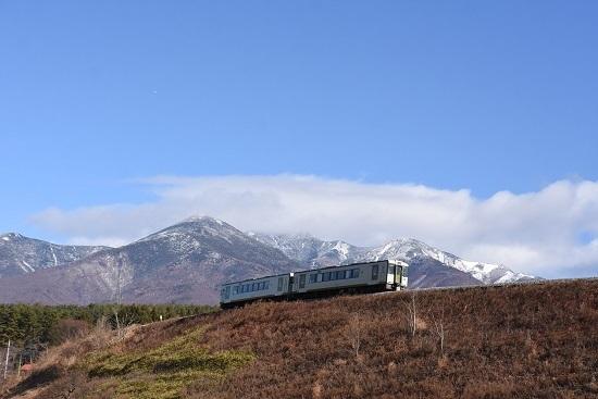 2020年11月28日撮影 小海線 225DD キハ110と冠雪した八ヶ岳