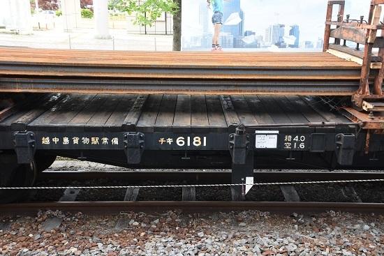 2020年5月22日撮影 岡谷駅にてレールの上で遊ぶ?