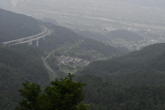 2020年8月8日撮影 2084レ 靄っている1本松峠俯瞰 善光寺平バック
