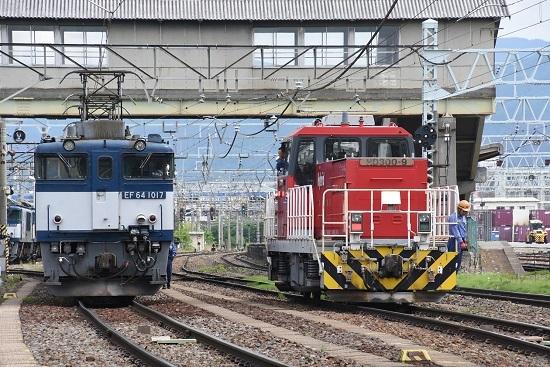 2020年5月23日撮影 南松本にて 西線貨物8084レ EF64とHD300の運転士さん同士の挨拶