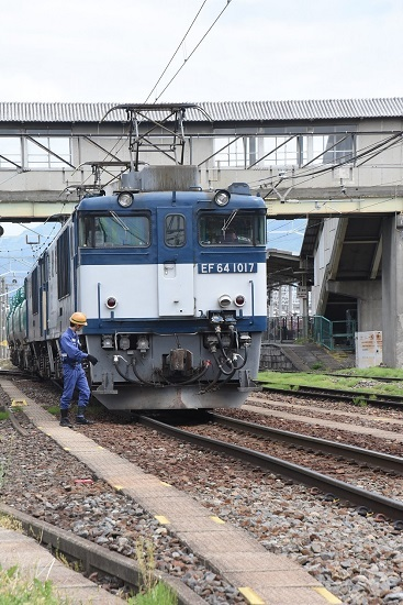 2020年5月23日撮影 南松本にて 西線貨物8084レ 誘導員さん釜チェック
