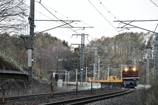 2020年4月25日撮影 立場側鉄橋を行くEF64-1052号機が牽くロンチキ工臨