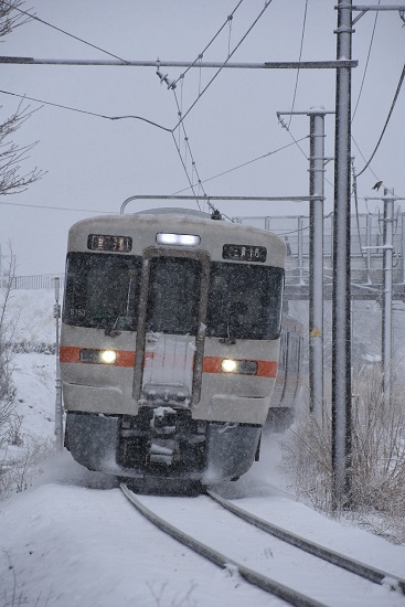 2020年3月29日撮影 辰野線にて雪が降る中 211M 313系1700番台