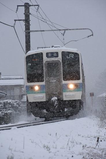 2020年3月29日撮影 雪が降る中の辰野線210M 211系雪を舞い上げて