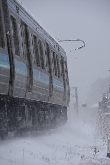 2020年3月29日撮影 雪が降る中の辰野線210M 211系 お尻側