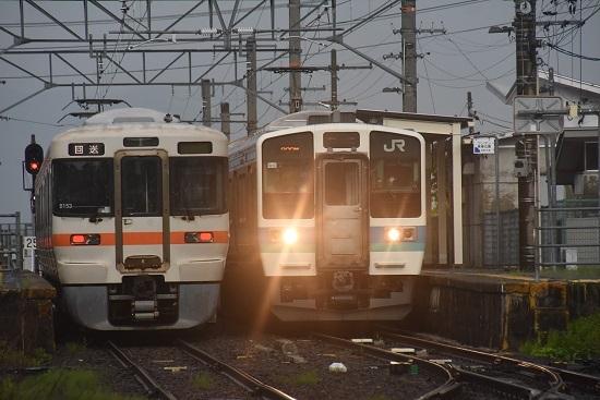 2020年8月2日撮影 飯田線は羽場駅にて313系1700番台 B153編成と233M 211系の並び