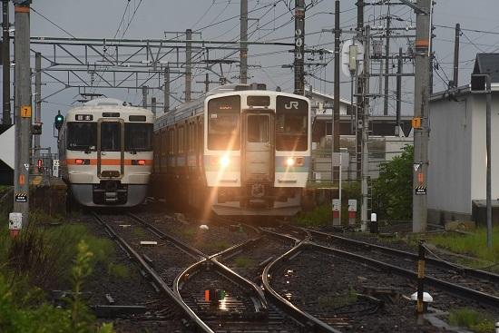 2020年8月2日撮影 飯田線は羽場駅にて313系1700番台 B153編成と211系の並び