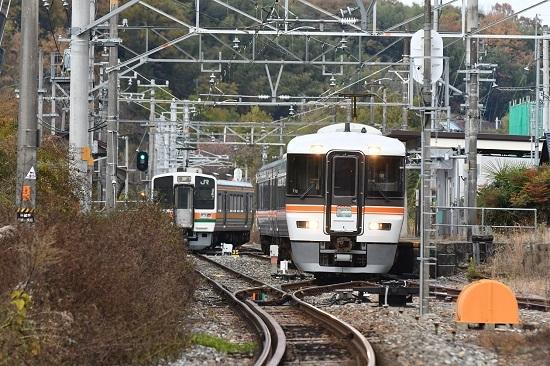 2020年11月15日撮影 飯田線は時又駅にて急行「10周年飯田線秘境駅号」と213系同時発車