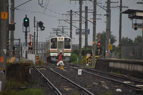 2020年8月2日撮影 飯田線は羽場駅にて222M 213系 羽場駅発車後撃ち