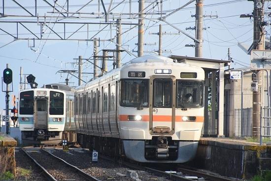 2020年8月4日撮影 羽場駅にて313系1700番台回送と2220M 211系