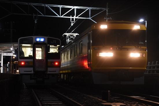 2020年12月13日撮影 飯田線羽場駅にて キヤ95 DR2編成と2201M 213系「快速」との並び