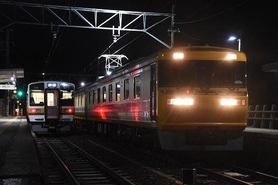 2020年12月13日撮影 飯田線羽場駅にて キヤ95 DR2編成と2201M 213系「快速」 発車