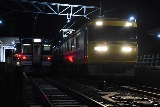 2020年12月13日撮影 飯田線は羽場駅にて キヤ95DR2編成と213系の並び