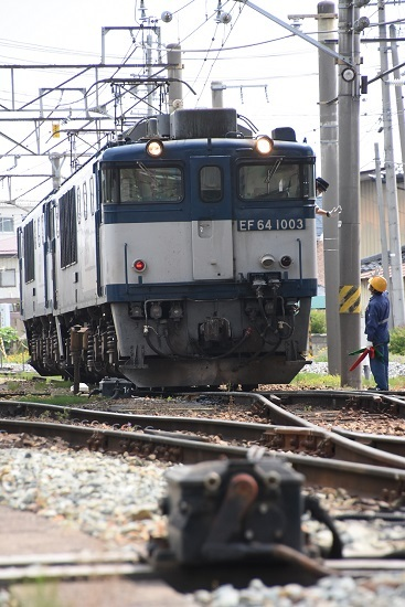 2020年6月6日撮影 篠ノ井線8467レ 篠ノ井派出所入区 誘導員と打ち合わせ