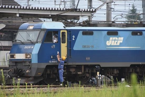 2020年8月8日撮影 篠ノ井線2080レ EH200-14号機 誘導員さんがメモを渡す