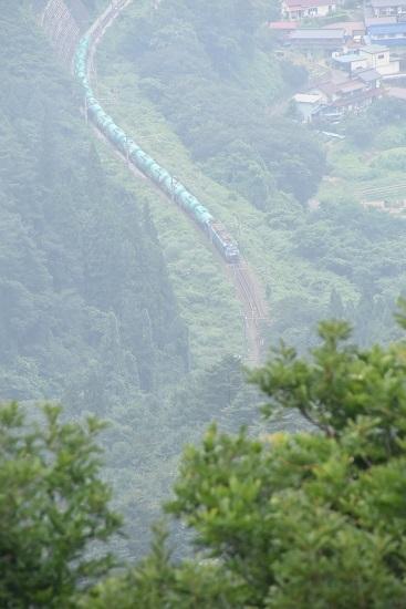 2020年8月8日撮影 2084レ 靄っている1本松峠俯瞰 EH200-14号機