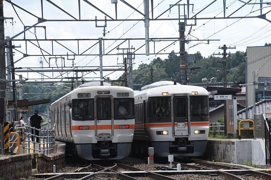 2020年8月10日撮影 飯田線は沢渡駅にて 373系F6編成と214M 313系