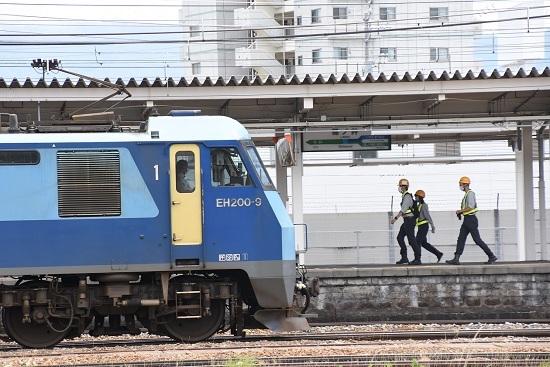 2020年6月20日撮影 篠ノ井駅にてEH200と職員3人組