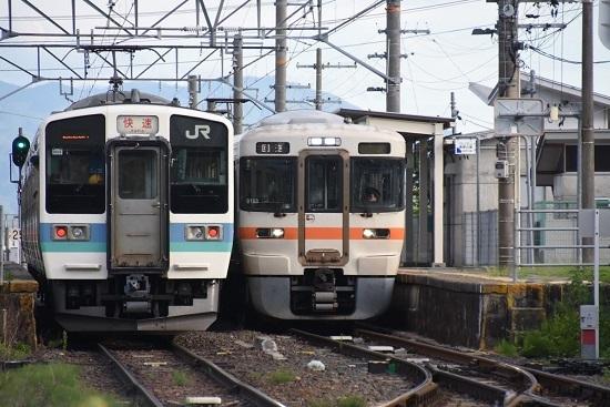 2020年8月10日撮影 飯田線は羽場駅にて313系1700番台回送と211系 快速「みすず」の並び