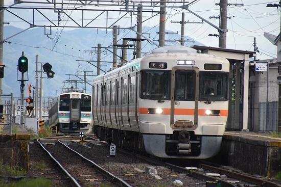 2020年10月10日撮影 飯田線は羽場駅にて313系1700番台回送と発車して行く211系